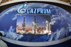 Стенд Газпрома на торгово-промышленной ярмарке Hannover Messe в Ганновере, 15 апреля 2007 года. Крупнейший в мире производитель газа Газпром прогнозирует снижение ряда ключевых показателей в 2012 году на фоне ожидания небольшого роста цены на газ в Европе, на которую приходится большая часть выручки концерна. REUTERS/Christian Charisius