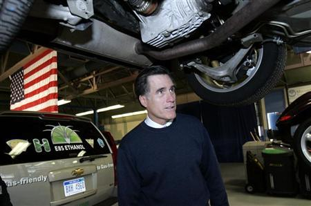 Republican presidential candidate Mitt Romney looks at the underside of a car during a campaign stop at Macomb Community College, Center for Alternative Fuels, in Warren, Michigan, January 11, 2008.  REUTERS/Rebecca Cook