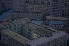 """Фотография Дамира Саголжа с изображением основателя Северной Кореи Ким Ир Сена на стене здания в Пхеньяне стала победителем в категории """"Daily Life Singles"""", 10 феврадя 2012 г. Портрет женщины в парандже, прижимающей раненого родственника, сделанный в Йемене испанским фотографом Самуэлем Арандой для New York Times, стал победителем премии World Press Photo в пятницу. REUTERS/Damir Sagolj"""