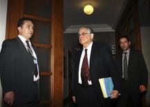 <p>Le Premier ministre grec Lucas Papademos à son arrivée à un conseil des ministres à Athènes. Selon des responsables gouvernementaux, le gouvernement grec a approuvé vendredi soir un projet de loi engageant le pays dans les réformes exigées par l'Union européenne et le Fonds monétaire international pour la mise en oeuvre d'un second plan de sauvetage de 130 milliards d'euros. /Photo prise le 10 février 2012/REUTERS/Panayiotis Tzamaros</p>