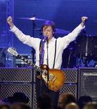 McCartney se apresenta durante o tributo MusiCares' 2012 Personalidade do Ano em sua homenagem em Los Angeles, California 10/02/2012.   REUTERS/Mario Anzuoni