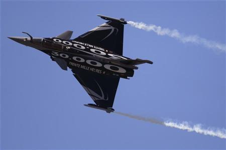 A Dassault Rafale fighter takes part in a flying display during the 49th Paris Air Show at the Le Bourget airport near Paris June 26, 2011. REUTERS/Gonzalo Fuentes