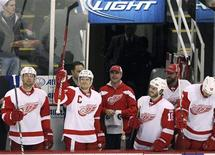 """Капитан """"Детройта"""" Никлас Линдстрем приветствует болельщиков после объявления о том, что он проводит 1550-й матч в составе """"красных крыльев"""", 12 февраля 2012 года. """"Детройт"""" повторил рекорд по количеству побед подряд на домашнем льду, в воскресенье со счетом 4-2 одолев """"Филадельфию"""", что стало 20-м кряду триумфом на """"Джо Луис Арене"""" в этом сезоне. REUTERS/Rebecca Cook"""