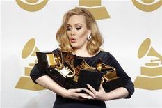 """Певица Адель держит награды """"Грэмми"""" в Лос-Анджелесе, 12 февраля 2012 года. Состоявшаяся в воскресенье церемония вручения """"Грэмми"""", омраченная внезапной смертью днем ранее звезды поп-музыки Уитни Хьюстон, стала триумфом для соул- певицы Адель, завоевавшей все шесть наград, на которые она претендовала, включая альбом года и лучшую песню. REUTERS/Lucy Nicholson"""