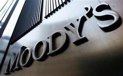 Логотип агентства Moody's на здании в Нью-Йорке, 2 августа 2011 года. Рейтинговое агентство Moody's понизило рейтинги Италии, Португалии, Испании, Словакии, Словении и Мальты в понедельник, предупредив, что может сократить рейтинги Франции, Великобритании и Австрии. REUTERS/Mike Segar