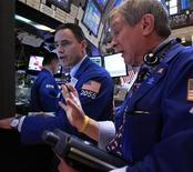 Трейдеры Уолл-стрит следят за ходом торгов, 3 февраля 2012 года. Фондовые индексы США выросли в понедельник после того, как парламент Греции одобрил реформы, необходимые для получения помощи от международных кредиторов ради предотвращения неуправляемого дефолта. REUTERS/Brendan McDermid