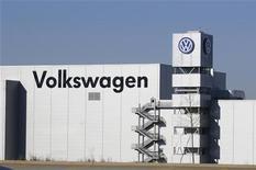 Завод Volkswagen в штате Теннесси, 1 декабря 2011 года. Совместные предприятия Volkswagen AG в Китае планируют производство электроавтомобилей с 2014 года и к 2018 году доведут объем выпуска до 100.000 единиц. REUTERS/Billy Weeks