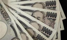 Банкноты в 10.000 иен в Токио, 2 августа 2011 г. Иена подешевела во вторник после того, как Банк Японии смягчил монетарную политику за счет увеличения программы скупки активов, в то время как выход хорошей статистики института ZEW затмил на время опасения о кризисе еврозоны. REUTERS/Yuriko Nakao