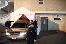 O carro funerário que estaria carregando o corpo da cantora pop Whitney Houston chega à casa funerária Wingham em Newark, Nova Jersey. 13/02/2012