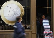 Работник привозит напитки в пиццерию, использующую знак монеты евро для рекламы своих цен в Мадриде, 9 декабря 2011 г. Евросоюз, вероятно, к маю примет меры против нового правительства Испании за то, что оно тормозит с сокращением расходов в преддверии мартовских выборов в Андалусии - крупнейшем и наиболее страдающем от безработицы регионе страны. REUTERS/Susana Vera
