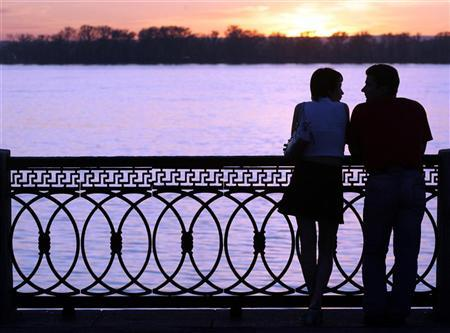 A couple stands at the embankment of the Volga River in Samara, about 1000 km (620 miles) southeast of Moscow May 18, 2007. Pictures taken May 18, 2007.  REUTERS/Sergei Karpukhin