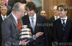 O rei espanhol, Juan Carlos, brinca com os tenistas campeões da Copa Davis Rafael Nadal e David Ferrer nesta terça-feira enquanto segura réplica do troféu conquistado pela Espanha em dezembro. REUTERS/Susana Vera