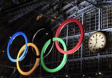 """Олимпийские кольца на железнодорожном вокзале Сент-Панкрас в Лондоне, 3 марта 2011 года. Баку подал официальную заявку в Международный Олимпийский Комитет (МОК) на проведение Олимпиады 2020 года, сообщила журналистам глава Оргкомитета """"Баку-2020"""" Кенуль Нуруллаева. REUTERS/Eddie Keogh"""