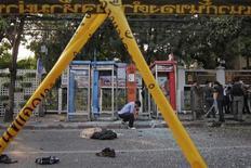 Сотрудники полиции и следователи работают на месте взрыва в Бангкоке, 14 февраля 2012 года.  Тайские следователи изучают возможную связь между взрывами в Бангкоке и атаками на израильское посольство в Дели и дипмиссию Израиля в Тбилиси, произошедшими на этой неделе, сообщил высокопоставленный чиновник по вопросам безопасности. REUTERS/Damir Sagolj