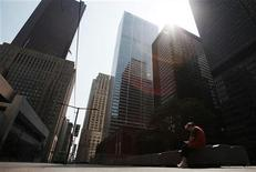 A woman sits on a bench in a usually busy downtown street in the financial district ahead of the G20 summit in Toronto, June 25, 2010.    REUTERS/Mark Blinch