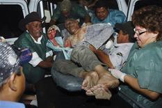 Раненого человека везут в больницу в Тегусигальпе, 15 февраля 2012 г. Более 200 человек погибли в результате пожара, вспыхнувшего в тюрьме в Гондурасе вечером во вторник, сообщил министр государственной безопасности Помпейо Бонилья в среду. REUTERS/Stringer