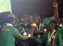 A seleção de futebol da Zâmbia comemora após ganhar a final da Copa Africana de 2012 contra a Costa do Marfim no estádio Stade De L'Amitie, em Libreville, capital do Gabão. A Zâmbia subiu 28 posições no ranking da Fifa, chegando pela primeira vez em 11 anos entre as 50 melhores seleções. 12/02/2012  REUTERS/Louafi Larbi