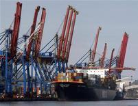 Um navio ancorado no porto de Santos, 5 de agosto de 2009. O governo Dilma Rousseff vai recorrer novamente à iniciativa privada para resolver gargalos de infraestrutura do país. REUTERS/Paulo Whitaker