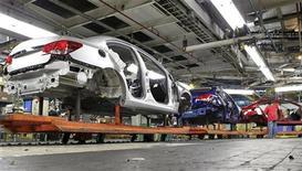 Каркасы для автомобилей Chevrolet Cruze на заводе General Motors в штате Огайо, 22 июля 2011 года. Американский автопроизводитель General Motors рассчитывает выпускать в РФ к 2015 году до 380.000 автомобилей в год, сообщил на конференции глава российского офиса GM Ромуальд Рытвински. REUTERS/Aaron Josefczyk