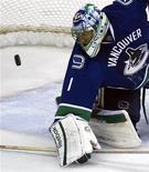 """Голкипер """"Ванкувера"""" Роберто Луонго отбивает шайбу в игре против """"Финикса"""" в Ванкувере, 13 февраля 2012 года. """"Ванкувер"""" упрочил отрыв от преследователей по дивизиону, на своем льду обыграв """"Колорадо"""" со счетом 3-1 в матче регулярного чемпионата НХЛ. REUTERS/Andy Clark"""