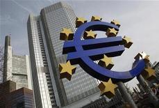 Символ валюты евро у штаб-квартиры ЕЦБ во Франкфурте-на-Майне 8 декабря 2011 года. Экономику еврозоны ждет рецессия в 2012 году из-за негативного влияния долгового кризиса и высокой неопределенности в регионе, считают эксперты, опрошенные Европейским Центробанком. REUTERS/Alex Domanski