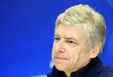 Técnico do Arsenal, Wenger, em coletiva de imprensa em Milão.  Wenger enfrenta um dos maiores desafios de seu reinado de 15 anos depois que o Arsenal sofreu sua maior derrota em uma competição europeia na quarta-feira, e agora enfrenta a árdua tarefa de salvar algum sucesso tangível nessa temporada. 14/02/2012 REUTERS/Stefano Rellandini