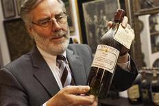 <p>El anticuario Bay van der Bunt sostiene una botella de coñac Croizet de 1842 en Breda, Holandam, feb 16 2012. Un anticuario holandés va a vender su colección de más de 5.000 botellas sin abrir de coñac y otros licores que, asegura, es la colección más grande de su categoría. REUTERS/Michael Kooren</p>