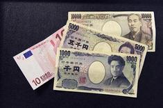 Банкнота в 10 евро и японские иены, сфотографированные в Брюсселе, 9 сентября 2010 года. За месяц до неожиданного смягчения политики Банка Японии на прошлой неделе, некоторые его представители утверждали, что иена держится на максимумах из-за продолжительного долгового кризиса в еврозоне и монетарного смягчения в других странах, показал протокол последнего заседания банка. REUTERS/Francois Lenoir