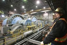 Вице-президент по связям с инвесторами Centerra Gold Джон Пирсон на заводе компании в Киргизии, 31 мая 2011 года. В Киргизии закончилась десятидневная забастовка рабочих, организованная профсоюзом на критически важном для экономики страны золотодобывающем месторождении Кумтор, сообщил владелец прииска канадская Centerra Gold в четверг. REUTERS/Vladimir Pirogov