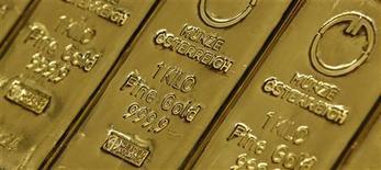 Слитки золота на Государственном монетном дворе Австрии в Вене 17 февраля 2011 года. Золото дорожает, так как инвесторы готовы рисковать, будучи уверенными в скором предоставлении финансовой помощи Греции. REUTERS/Lisi Niesner