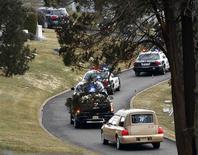Cortejo transportando o corpo da cantora Whitney Houston chega ao cemitério em Nova Jersey.