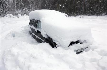 2月18日、スウェーデン北部ウーメオ近郊で雪に埋もれた車が見つかり、車内に2カ月間食料なしの状態で閉じ込められていた男性が救出されたことが明らかに。写真は男性が閉じ込められていた車(2012年 ロイター/Rolf Hojer/Scanpix)