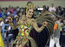 Luiza Brunet, rainha de bateria da Imperatriz, desfila no Sambódromo do Rio de Janeiro. 19/02/2012 REUTERS/Sergio Moraes