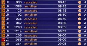 Табло, на котором высвечивается информация об отмене рейсов, в аэропорту во Франкфурте-на-Майне, 17 февраля 2012 года. Требующий повышения зарплаты наземный персонал франкфуртского аэропорта, третьего по загруженности в Европе, думает о продлении забастовки во вторник. REUTERS/Kai Pfaffenbach
