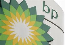 Логотип BP на заправке в Лондоне, 2 ноября 2010 года. Британская нефтяная компания BP Plc остановила НПЗ Cherry Point в штате Вашингтон после пожара. REUTERS/Suzanne Plunkett