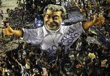 Carnavalesco Joãosinho Trinta, que morreu em 2011, é homenageado no desfile da Beija-Flor no sambódromo do Rio de Janeiro. 20/02/2012 REUTERS/Ricardo Moraes
