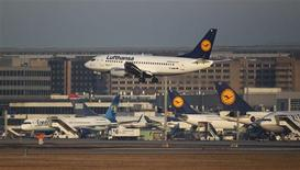 Lufthansa Boeing 737-500 aircraft lands at Frankfurt's airport February 20, 2012. REUTERS/Alex Domanski