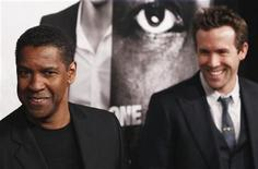"""Cast members Ryan Reynolds (R) and Denzel Washington arrive to attend the world premiere of the film """"Safe House"""" in New York February 7, 2012. REUTERS/Lucas Jackson"""