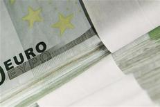 Купюры валюты евро в Центробанке Бельгии в Брюсселе 26 октября 2011 года. Евро вырос и превысил ключевой уровень сопротивления во вторник после решения министров финансов еврозоны разблокировать вторую программу финансовой помощи сильно задолжавшей Греции. REUTERS/Thierry Roge