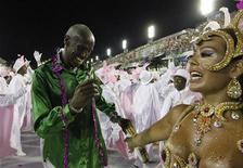 Desfile da Mangueira sobre o bloco carnavalesco carioca Cacique de Ramos empolgou o público na Marquês de Sapucaí, na segunda noite de desfiles do Grupo Especial do Carnaval do Rio. 21/02/2012 REUTERS/Nacho Doce