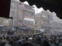Оппозиционеры принимают участие в похоронах участников антиправительственных демонстраций в Дамаске 18 февраля 2012 года. Лояльный сирийскому президенту Башару аль-Асаду войска обстреляли участников антиправительственной демонстрации в Дамаске в ночь на вторник, продолжая подавление перекинувшихся на столицу протестов, сообщили противники действующего режима. REUTERS/Handout