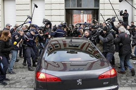 2月21日、フランス・リールの警察当局は、売春あっせん事件に関与した疑いがあるとして、国際通貨基金のストロスカーン前専務理事の身柄を拘束し、取り調べを行った。写真は取り調べに向かう前専務理事が乗った車を取り囲む報道陣ら(2012年 ロイター/Benoit Tessier)