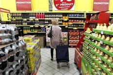 <p>Les prix à la consommation en France ont reculé de 0,4% en janvier par rapport au mois de décembre, conséquence attendue des soldes d'hiver, selon l'Insee. Sur un an, l'inflation en janvier s'inscrit à 2,3%. /Photo d'archives/REUTERS/Charles Platiau</p>