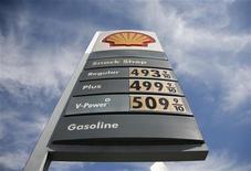 <p>Royal Dutch Shell a lancé une offre de 992,4 millions de livres sterling (1,18 milliard d'euros) sur Cove Energy, opération destinée à renforcer sa présence en Afrique de l'Est, en particulier au Mozambique. /Photo d'archives/REUTERS/Jason Redmond</p>