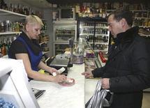 Президент России Дмитрий Медведев делает покупки в магазине на острове Кунашир 1 ноября 2010 года. Индекс потребительских цен в РФ прибавил за последнюю неделю 0,1 процента, достигнув 0,3 процента по итогам февраля и 0,8 процента с начала года, сообщил Росстат в среду. REUTERS/Ria Novosti/Kremlin/Mikhail Klimentyev