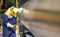 Сварка символического шва на главном транзитном газопроводе Украины перед началом его модернизации 19 июля 2011 года. Россия назвала виновником февральских недопоставок российского газа в Европу отрицающую это Украину и пригрозила Киеву, рассчитывающему сбить цену, пустить как можно больше газа в обход Украины по не построенному пока дорогостоящему газопроводу Южный поток. REUTERS/Inna Sokolovska