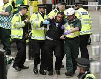 Equipes da polícia, bombeiros e de ambulâncias participam em um exercício prático para lidar com um eventual incidente terrorista nas Olimpíadas de Londres em 2012, 22 de fevereiro de 2012. REUTERS/Luke MacGregor