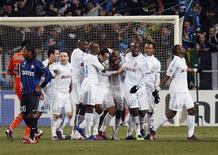 Jogadores do Olympique Marselha comemoram gol de Andre Ayew (C) contra Inter de Milão nesta quarta-feira.   REUTERS/Philippe Laurenson
