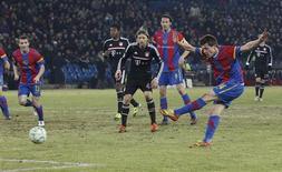 Stocker, do Basel, chuta para marcar gol do time suíço contra o Bayern de Munique.      REUTERS/Michael Buholzer