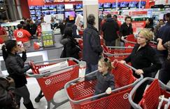 Shoppers fill a Target Store in Chicago, November 25, 2011. REUTERS/John Gress